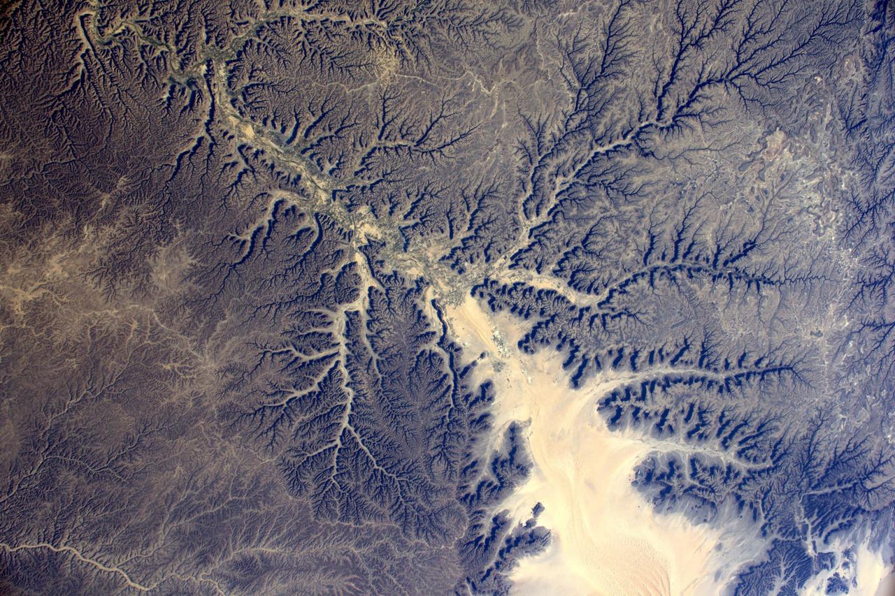 A jemeni Hadramaut tartomány sivatagos, kanyonokkal szabdalt táját mintha fraktálrajzoló programmal terveztél volna.