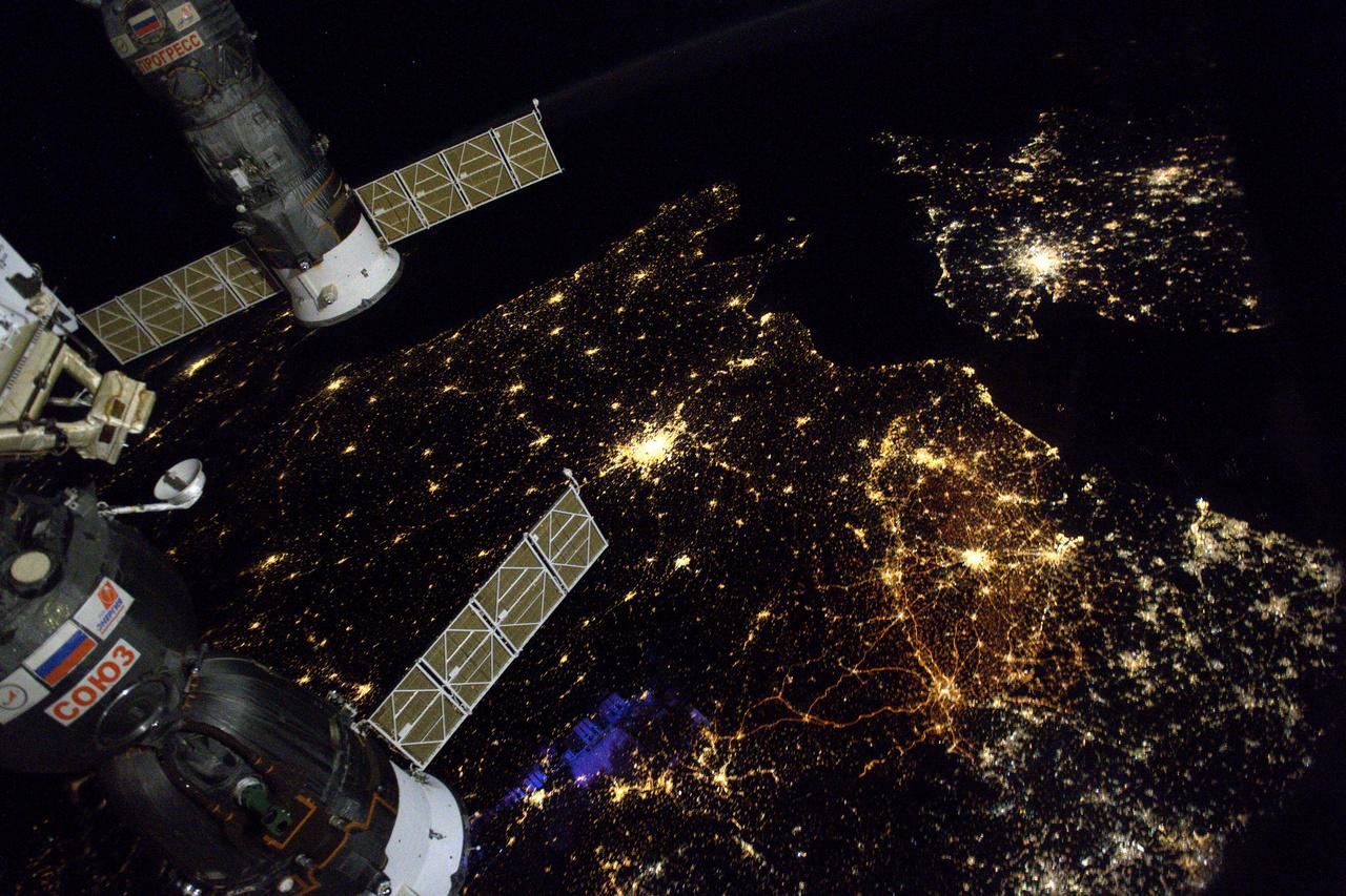 """""""Furcsa érzés: arra gondolok, hogy vajon mit csinálhatnak épp a barátaim és a családom a Földön, miközben képeket készítek róluk az űrből... Helló Párizs és Franciaország: gyönyörűek vagytok ma éjjel!"""" – írta november 28-án ehhez a képhez Thomas."""