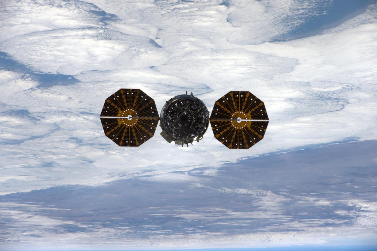 Ez itt a Cygnus, az Orbital ATK automata, ember nélküli teherűrhajója, távozóban az ISS-ről, november 21-én.