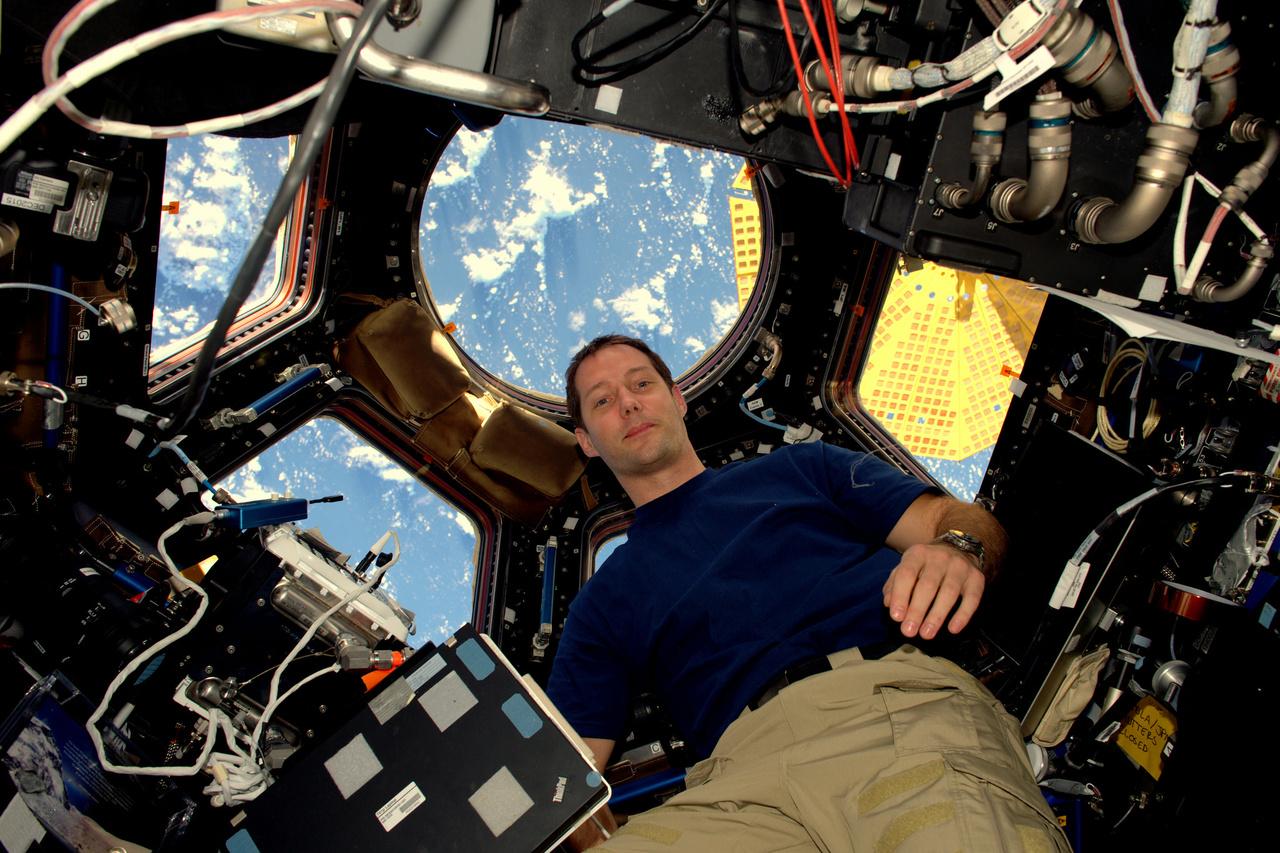 """""""Az űr fantasztikus"""" – ezzel a felkiáltással posztolta első képét (az Nemzetközi Űrállomás kupola moduljában készült szelfit) a francia űrhajós 2016. november 20-án."""