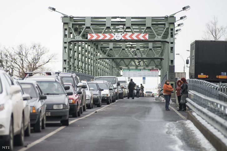 Belépésre váró autósok Záhonynál a magyar-ukrán határon a Tisza-hídon. (Képünk illusztráció!)