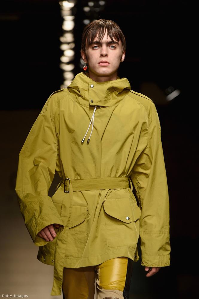 Liam Gallagher fia is bemutatkozott egy divatbemutatón: Lennon Gallagher (hát miért is ne, John Lennon előtt tisztelegve kapta ezt a nevet) így vonult be a kifutóra, apja tökéletes fiatalkori másaként.