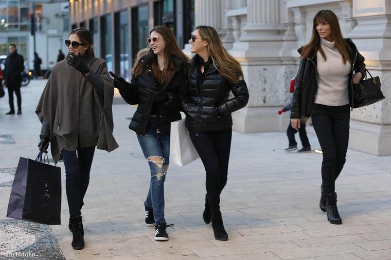 Az olasz divathéten vendégeskedő lányok, Sistine, Scarlett és Sophie Stallone édesanyjukkal, Jennifer Flavinnel mentek el vásárolni Milánóban