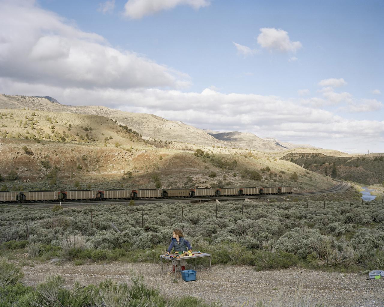 A vonatok iránti rajongás a hátsó ülésen felnövő fiától jött. Caspernek élete első hat évében az út volt a természetes otthona, lakókocsijukat például mamaautónak kezdte hívni, és - mint minden rendes gyerek - imádta a végtelen tájat átszelő hatalmas vonatokat.