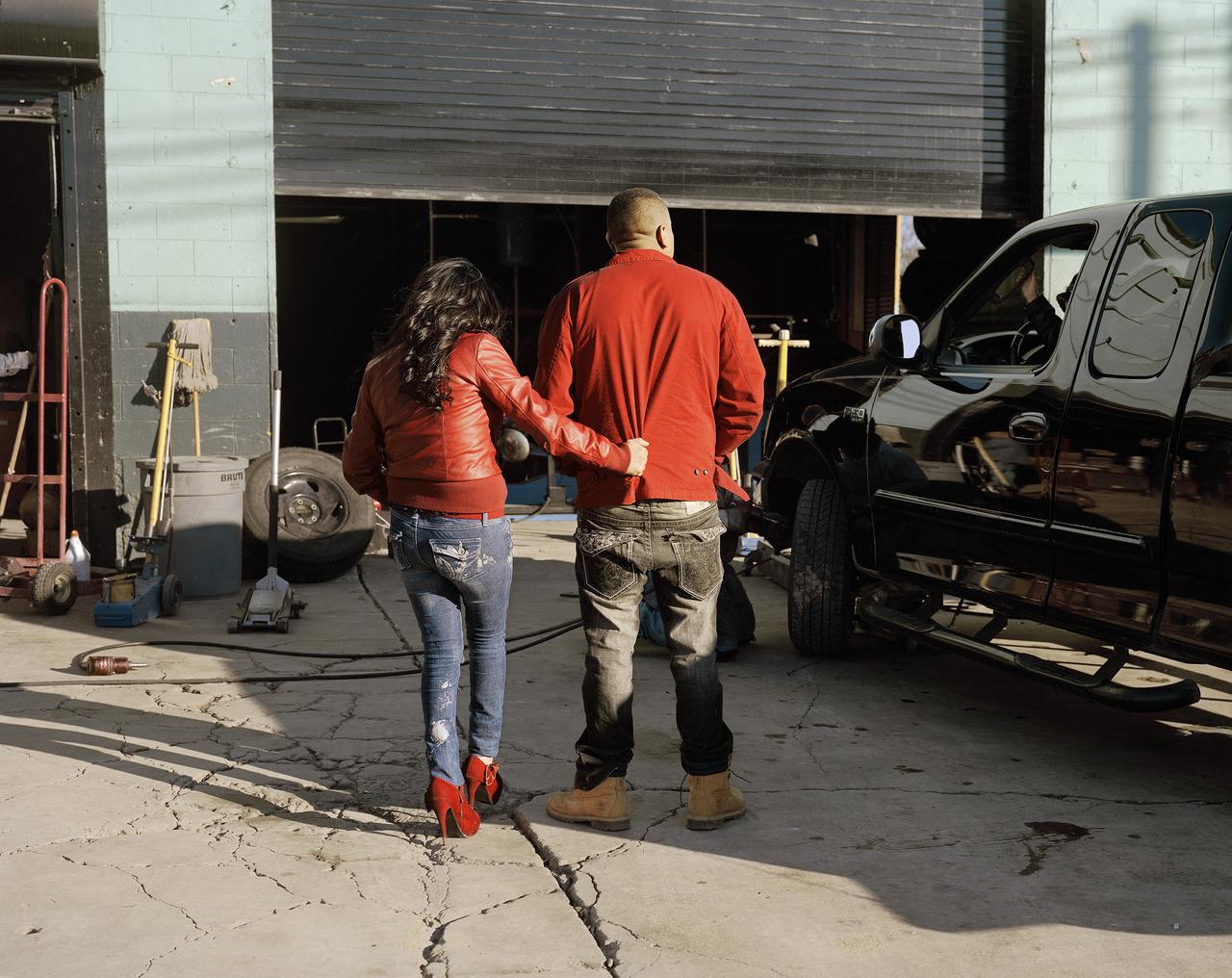 Piros ruhás pár egy autóbontóban. Kurtland a Highway Kind című legújabb munkájában az utazással és a szabadsággal foglalkozik, amik a hétköznapokban távolról sem annyira idilli, mint azt minden utazó megálmodja magának.