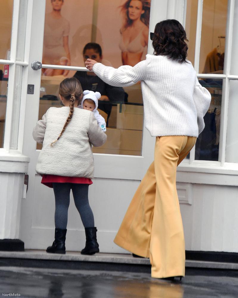 David Beckham aranyszínű nadrágban és fehér pulóverben vitte el lányát vásárolni