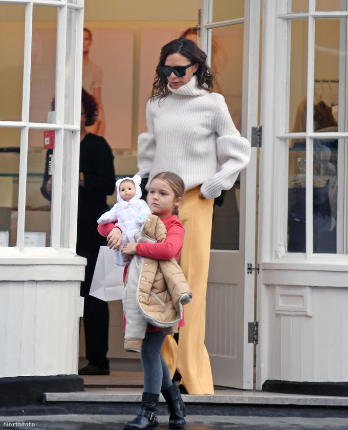 A bevásárlás végén Harper és Victoria Beckham elégedetten indultak hazafelé, köszönjük a figyelmet!