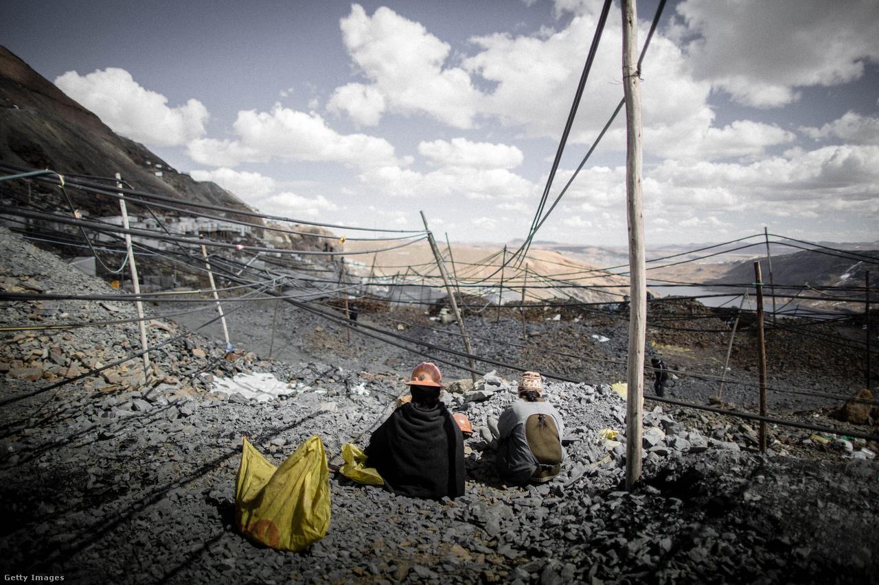 Nem csak az emberi életeket, a környezetet is tönkreteszi a bányászat. Az ércet különböző vegyi anyagokba, például higanyba áztatják, hogy kinyerjék belőle a tiszta aranyat. A higanyt aztán tárolás nélkül hagyják a talajba és a vízbe, föld alatti forrásokba folyni, ezzel több száz méteres körzetben mérgezve a természetet. Az ilyen szennyezés miatt több indián falu tűnt el a perui aranybányák környezetéből, miután a növényeik és az állataik is elpusztultak a megváltozott környezetben.