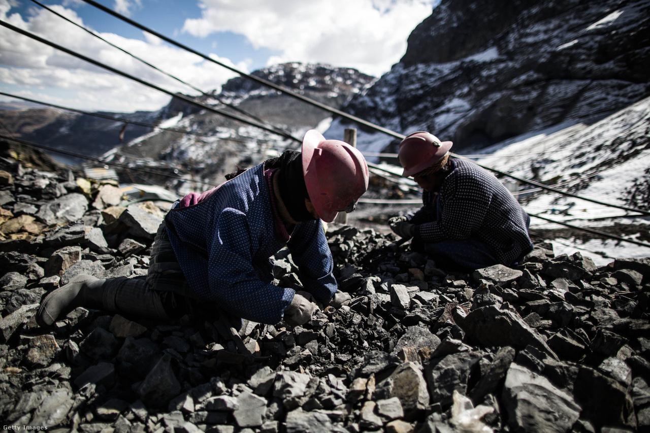 A bányában dolgozók fizetési rendszere a munkások kizsákmányolásának egyik legembertelenebb remekműve: a cachorreo. Ebben a rendszerben egy bányász 30 napon keresztül dolgozik munkabér nélkül a bánya tulajdonosainak, majd a ciklus végén, fizetségként megengedik neki, hogy annyi ércet vigyen el, amennyit elbír. Mivel ipari feldolgozás előtt álló kövekről van szó, teljes mértékben a szerencsén múlik, hogy mennyi lesz egy dolgozó havi bére.