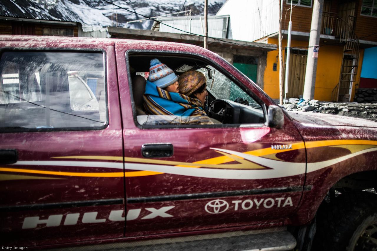 A hegyekben a levegő nagyon gyér, emiatt a fizikai munka sokkal nehezebb, mint a tengerszint közelében, gyakori a fejfájás, szédülés. La Rinconada lakói kivétel nélkül mind rágják a csekély mennyiségben kokain vegyületet is tartalmazó kokacserje levelét, hogy elűzzék vele a magaslati betegség tüneteit és erőt, élénkséget, csökkent éhségérzetet és jobb teherbíró képességet kapjanak.                         Emellett a bányából alkalmanként elindul egy bányászokkal teli járat, hogy a hegyen több száz métert legurulva friss oxigénhez jussanak a kimerült, ziháló munkások. Ezek a kis szünetek arra is jók, hogy az utak mellett felállított oltároknál megálljanak és szerencséért fohászkodjanak Pachamamához, az Andok-hegységben élő indiántörzsek Föld istennőjéhez.