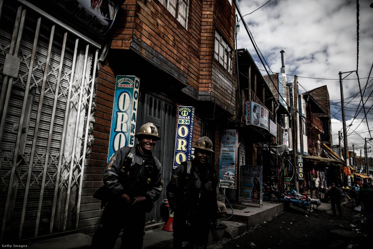 La Rinconadában kétféle ember él: a bűnözők és az aranyásók. A bányát üzemeltető Corporación Ananea nevű vállalat monopolhelyzetben van a városban, a maffiózókon, striciken és a néhány fenn állomásozó rendőrön és két orvoson kívül mindenki náluk dolgozik. A képen két munkaruhában álló bányász pózol büszkén a kamerának.