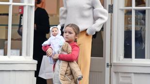 Harper Beckham a bevásárlásnál is ragaszkodik a babájához