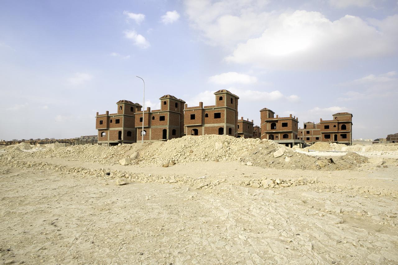 Ahol tíz éve még csak sivatag volt, ott ma modern városok nőnek ki a kényelem és a biztonság ígéretével.