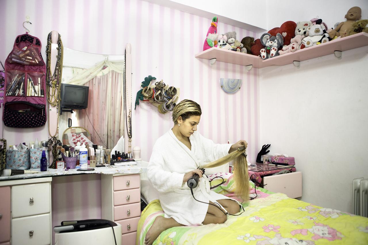 Az egyiptomi gazdasági elit családjaiban felnövő lányok már nem követik anyáik és nagyanyáik életmódját.A modern világhoz alkalmazkodva már az arabot is angol akcentussal beszélik, burka és csador helyett mini szoknyát és magas sarkút húznak.