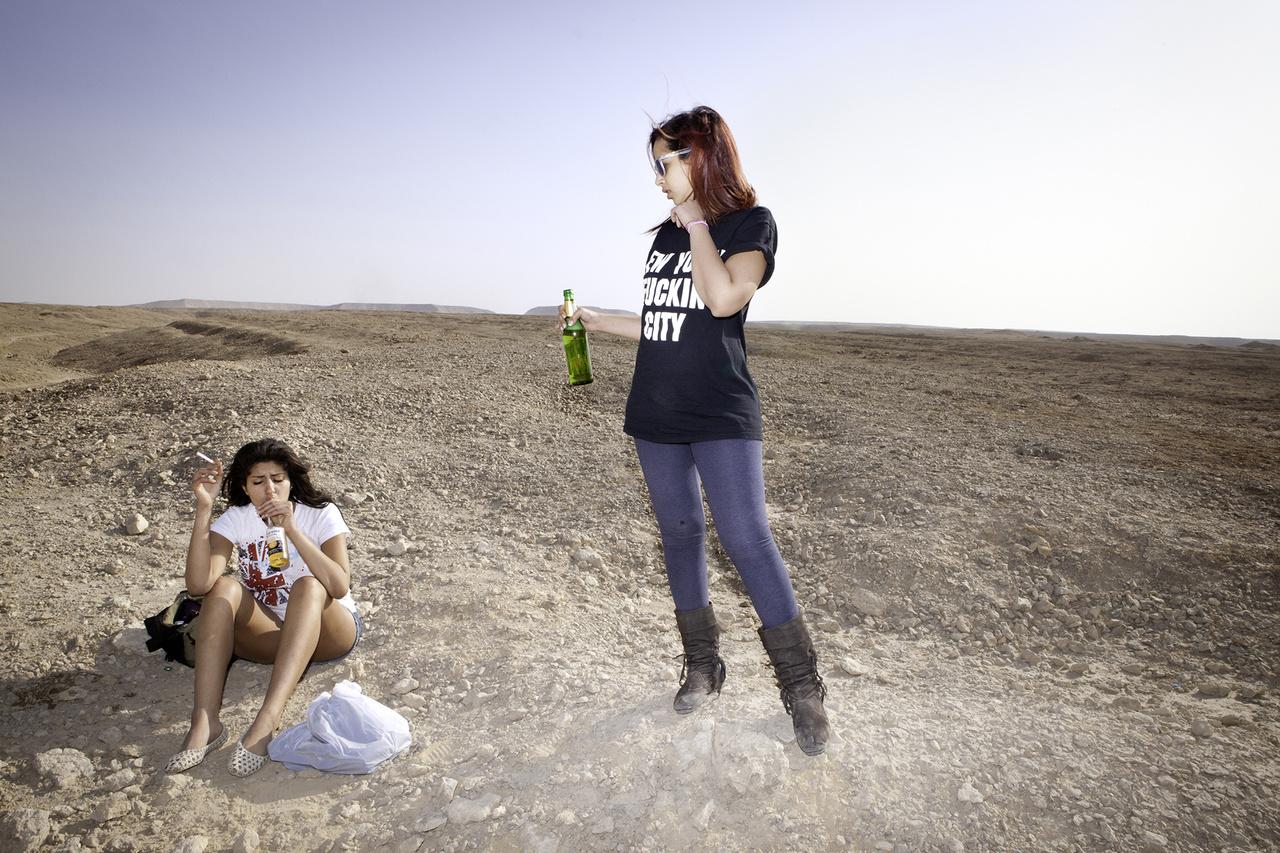 A fotós mindehová, bulikra, nyaralásokra, iskolai vizsgákra követte a lányokat, akik látszólag céltalanul élve önmagukat keresték, miközben a külvilágról, így a forrongó Egyiptomról sem igen akartak tudomást venni.