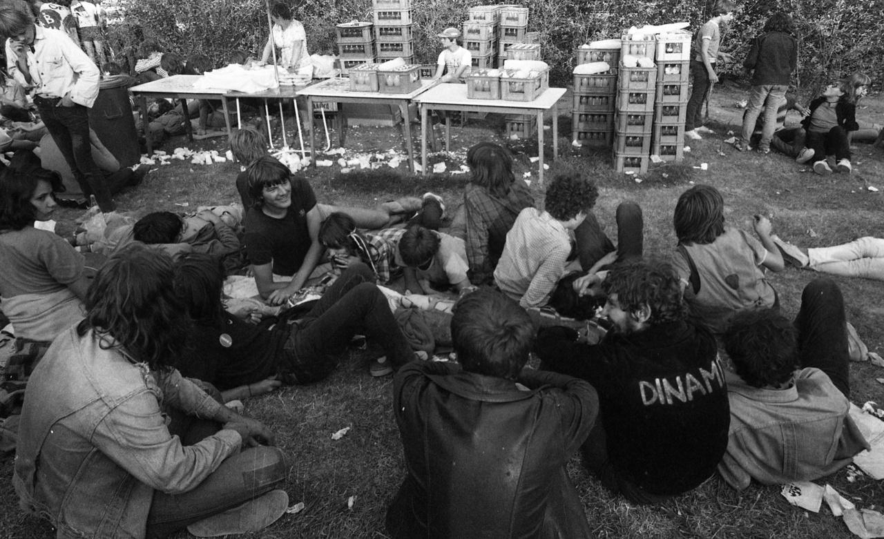 Egy évvel a nagysikerű Fekete Bárányok-buli után (ahol a Beatrice, a Hobo Blues Band és a P. Mobil játszott), 1981. augusztus 22-én, újabb nagyszabású bulira jöttek össze a fiatalok a a Hajógyári-szigeten. A Szuperkoncerten forgott az Egy nap rock című magyar koncertfilm. A képen a buli egyik büféje látható.