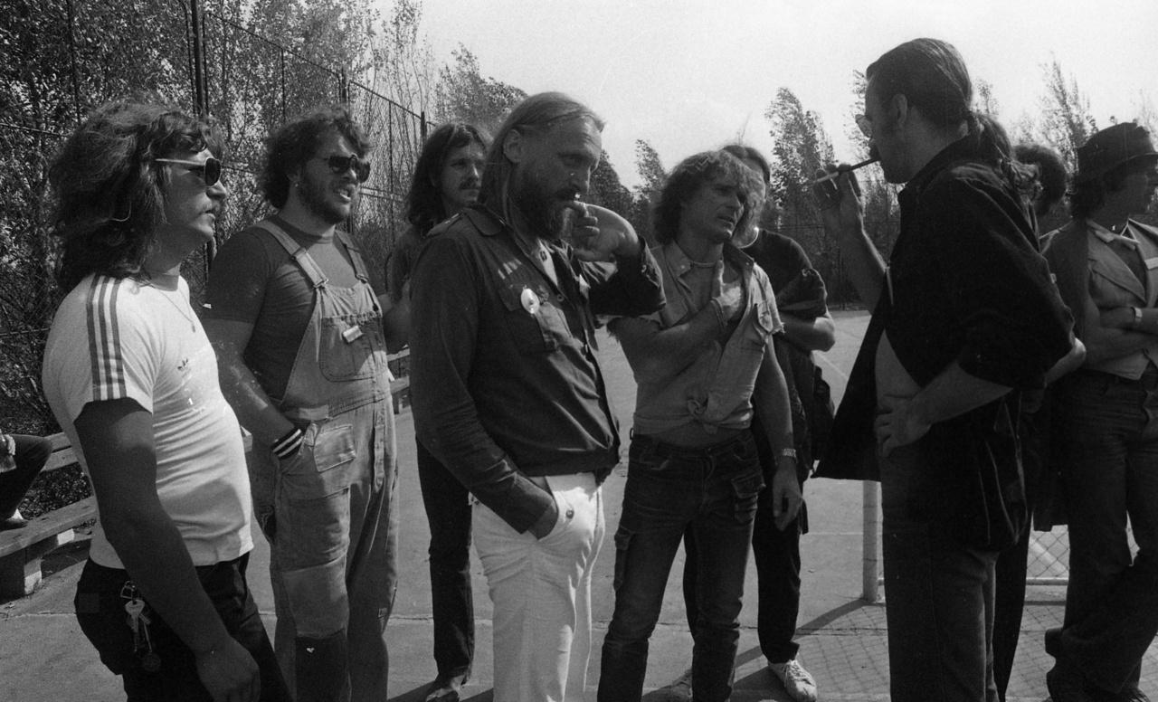 A Szuperkoncerten több zenekar lépett fel, mint a Fekete Bárányok buliján, de a Beatrice például pont kimaradt a fellépők névsorából. Zenélt viszont a V Moto-Rock, a Mini, a Korál, a KFT, a P. Box, a Karthago, és még sokan mások. A koncepcióba kevésbé illő zenekarokkal a közönség nem bánt kesztyűs kézzel: kifütyülték és megdobálták őket.