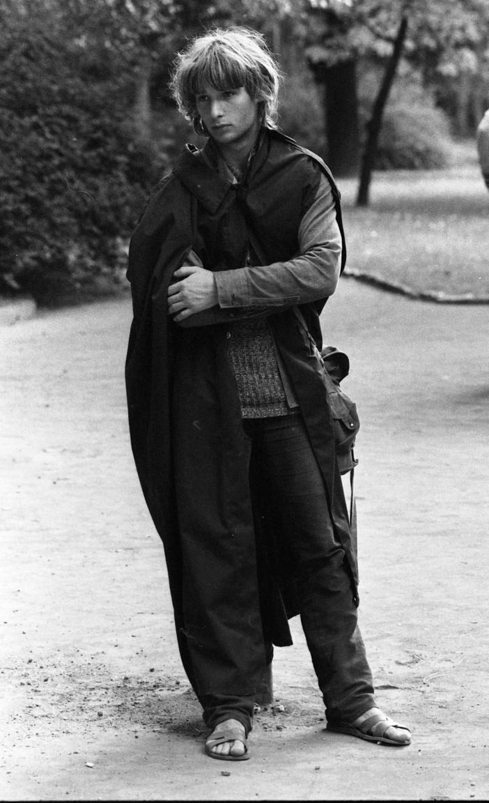 """""""Te rám vágtad az ajtót, veszekedtél velem, felpofoztál az utcán, lenézted a barátaimat, ideges lettél tőlem, és ha beteg voltam, a fejemhez vágtad. Bár hagytalak volna megdögleni."""" (Ifjúsági Magazin, 1980. szeptember)"""