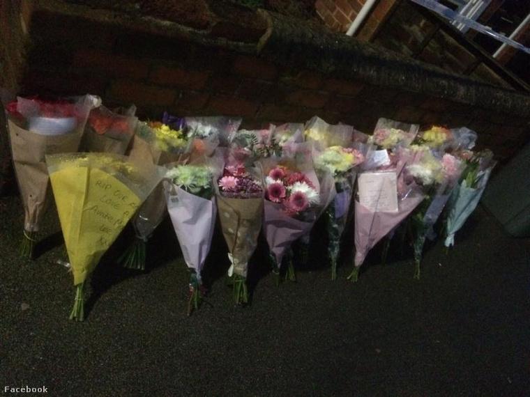 A város lakói virágokkal emlékeznek rá
