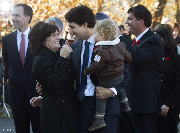 Itt Margaret Trudeau már másfajta szerepben látható jó néhány évvel később, fiával és unokájával.