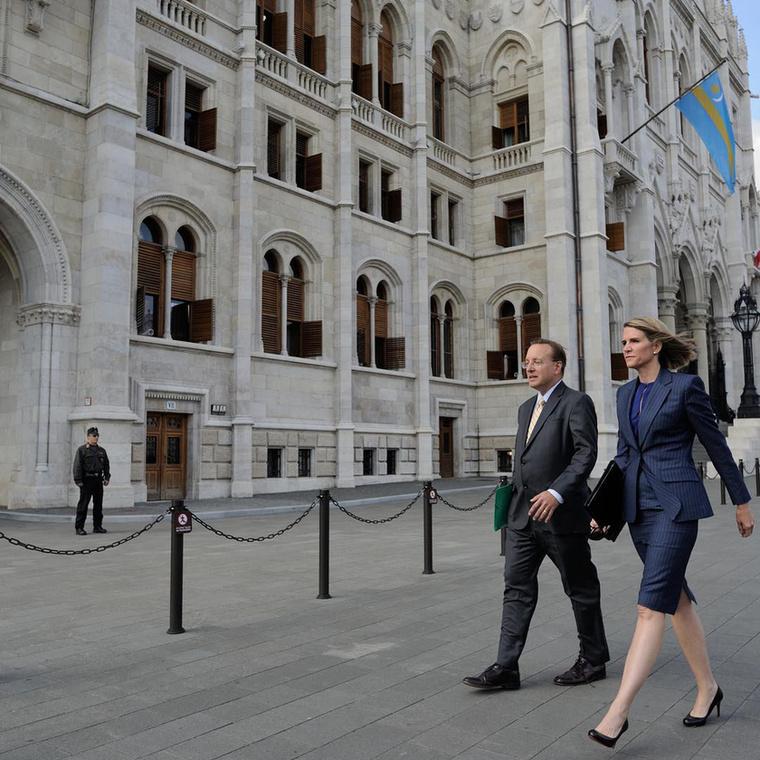 Aztán 2014 végén Barack Obama amerikai elnök őt jelölte ki az Egyesült Államok magyarországi nagyköveti posztjára, Bell pedig 2015 januárjában hazánkba költözött