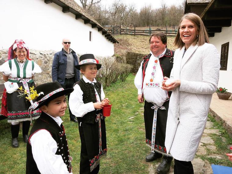 Ismerkedett a vidéki hagyományokkal...