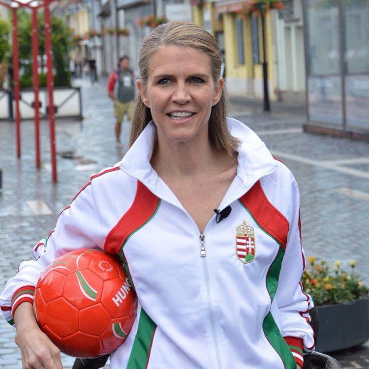 A diplomata hamar megkedveltette magát a hazai közéletben, és még a 2016-os foci-Eb idején a magyar válogatott mezét is magára vette