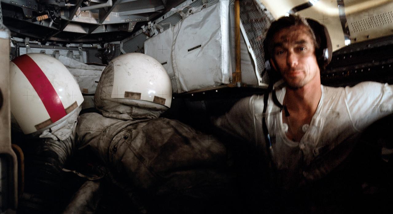A Hold porától koszos Cernan a holdkompban pihen.