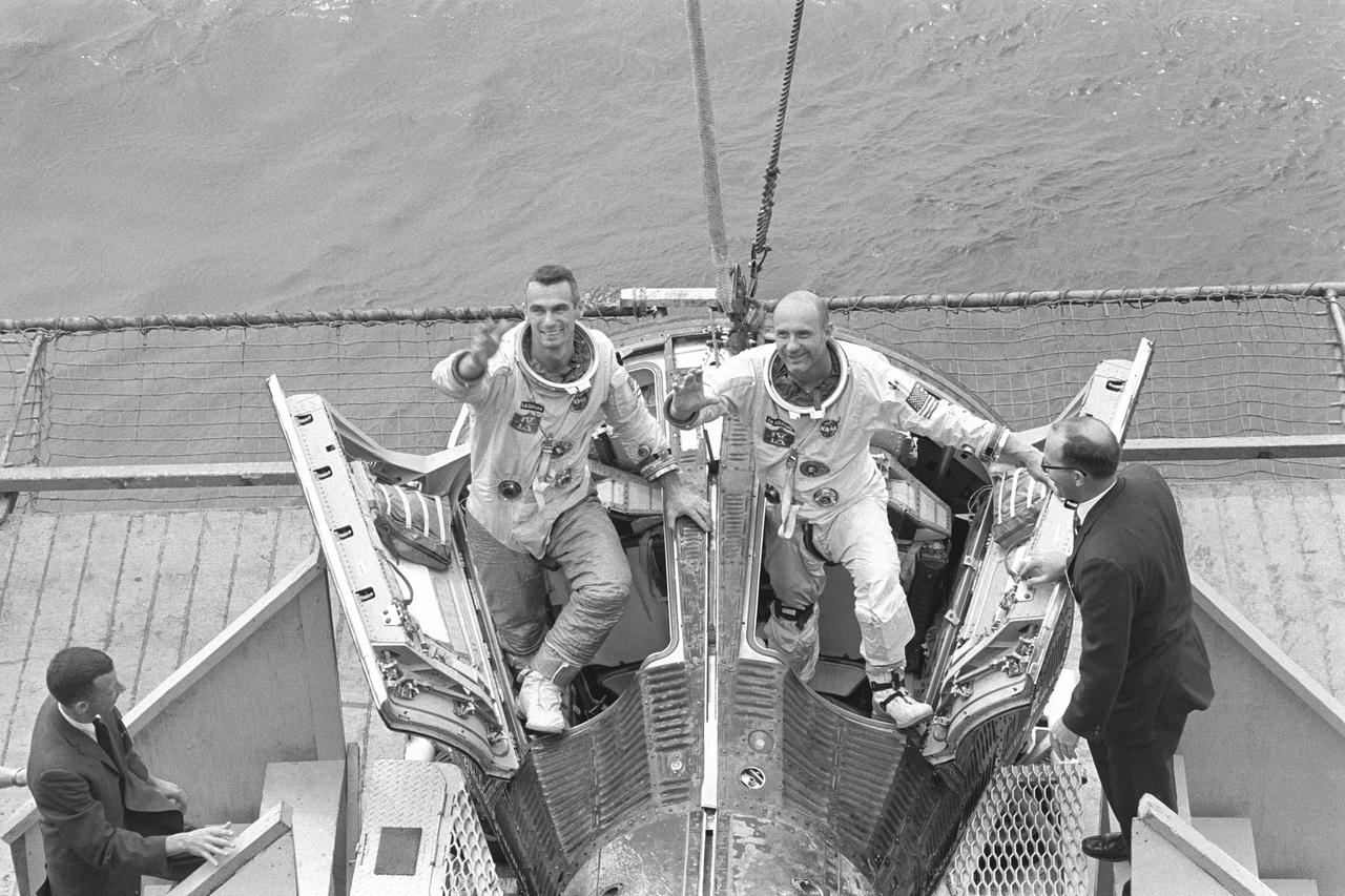 1966. június 6.: Eugene Cernan és Thomas Stafford, a Gemini-9A küldetés űrhajósai a visszatérés után.