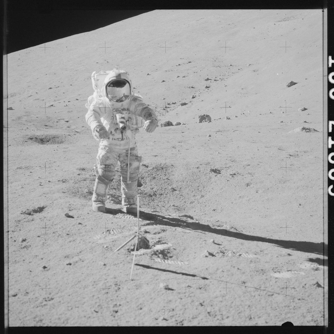 Cernan műszereket helyez el a Hold felszínén.