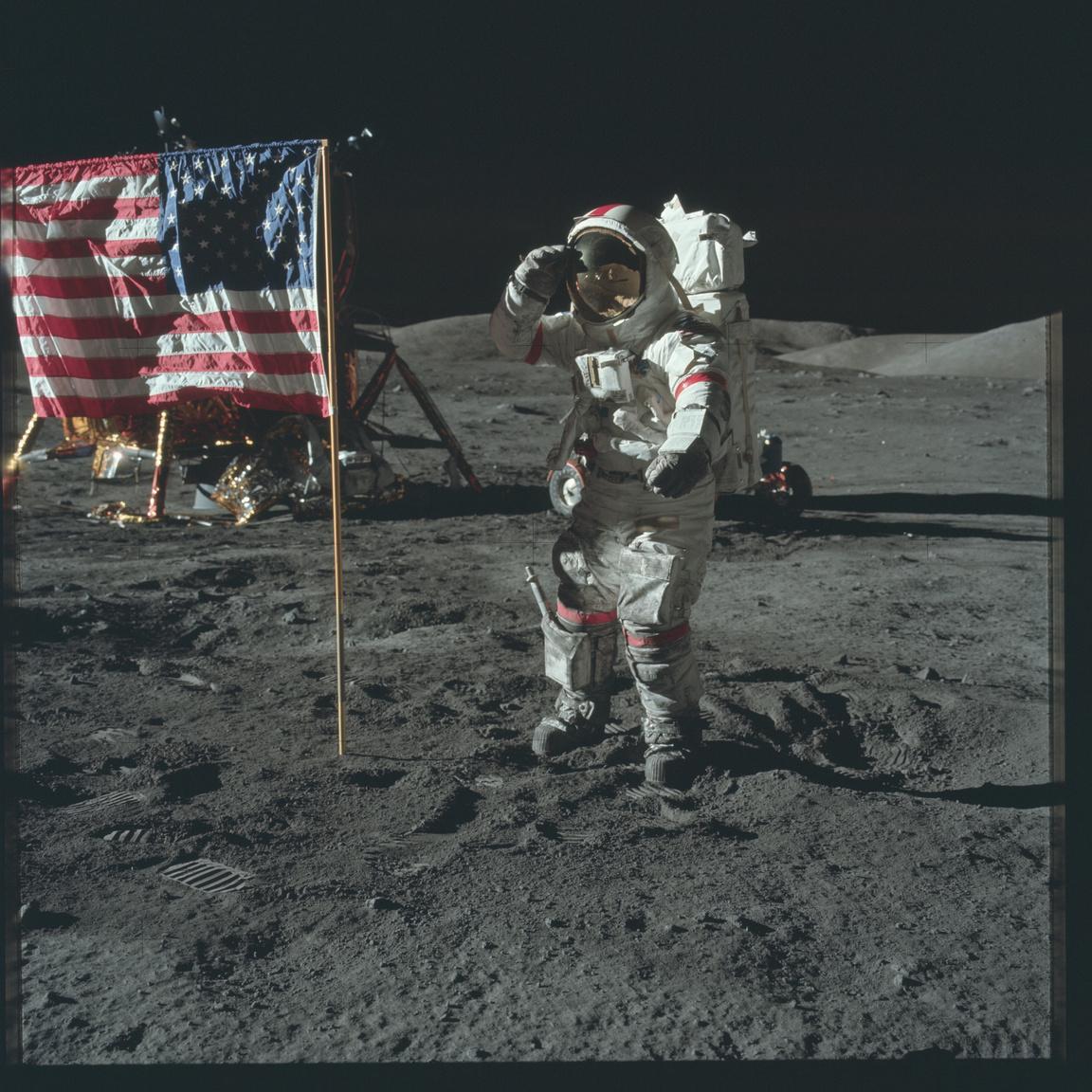 """Az Apollo-17 parancsnoka tiszteleg a zászló előtt. """"Ez életem legbüszkébb pillanata."""""""