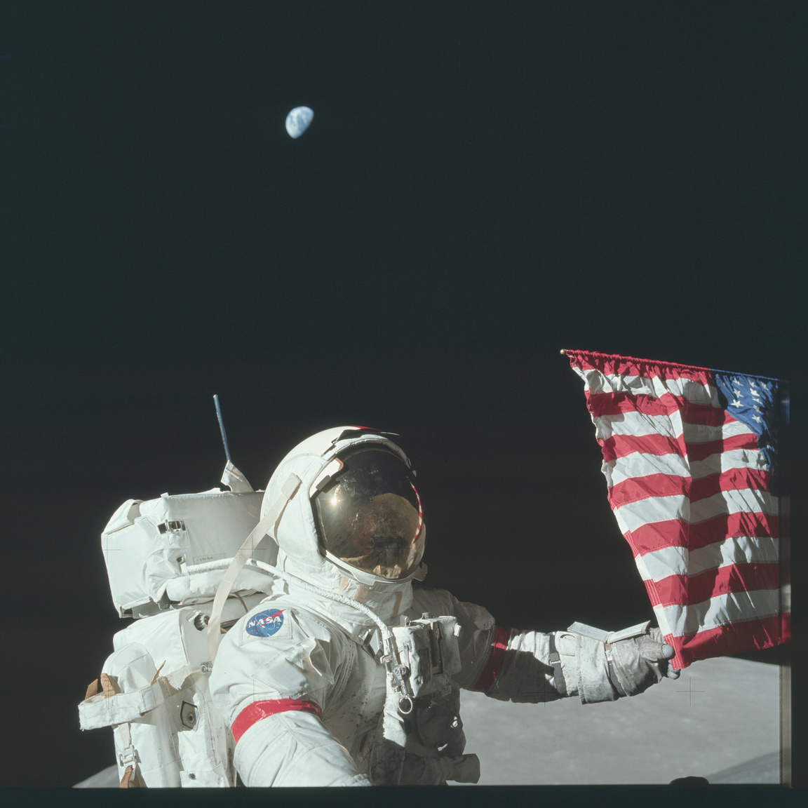És a Holdon: Cernan megigazítja az Egyesült Államok zászlaját