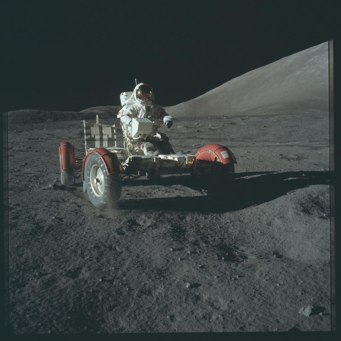 Cernan a Hold leggyorsabb sofőrje, 18 km/órás sebességgel tartja a rekordot.