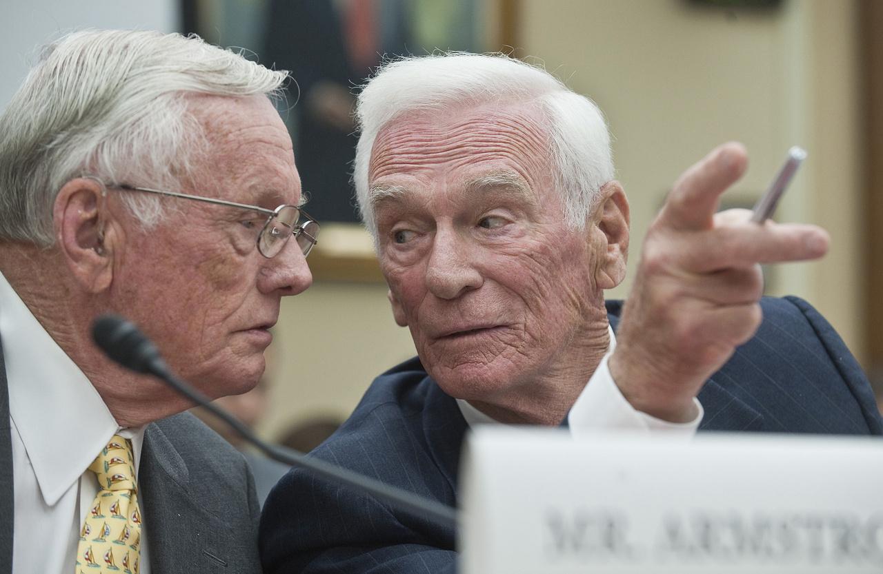 Armstrong és Cernan, az első és az utolsó ember a Holdon egy 2010-es kongresszusi meghallgatáson.