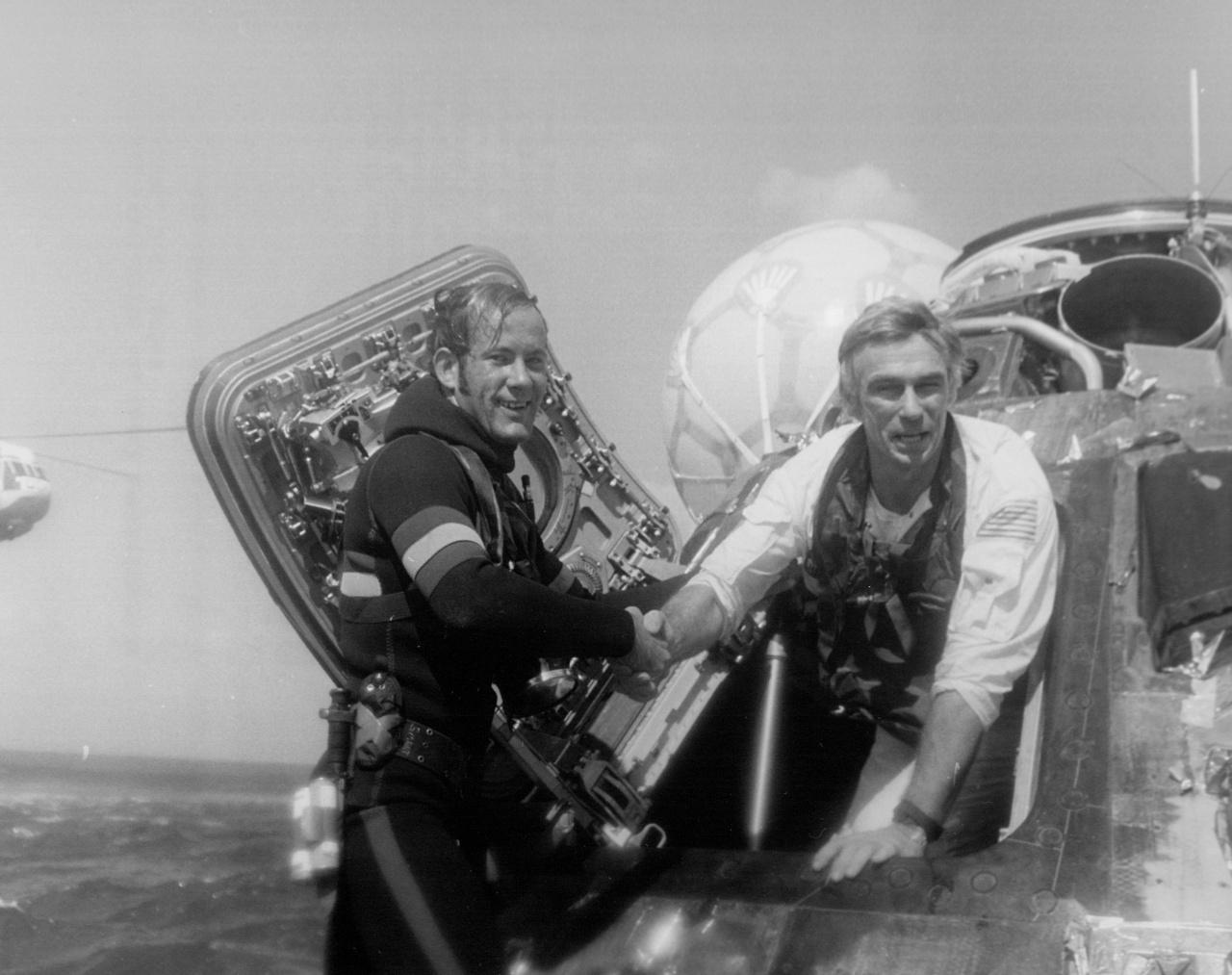 Landolás után a haditengerészet búvára segít Cernannak kiszállni a parancsnoki modulból.