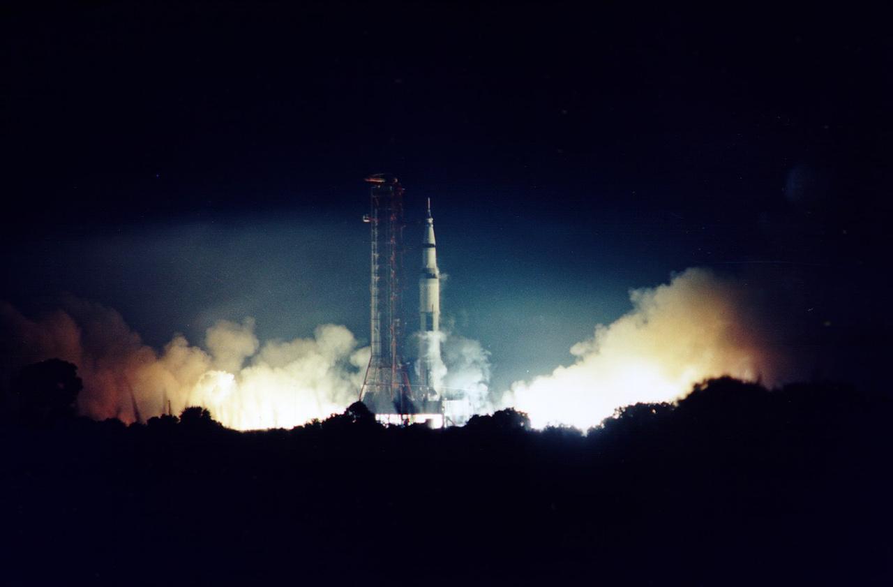 1972. december 7. Az Apollo-17 startja. A fedélzeten Eugene Cernan parancsnok, Harrison Schmitt a holdkomp pilótája és Ronald Evans a parancsnoki modul pilótája.