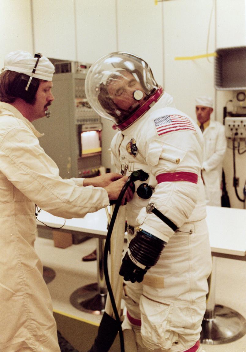 Cernan az orrát vakarja a sisak oldalához rögzített tépőzárdarab segítségével. A kép 1972. november 21-én készült egy teszt során, pár héttel a start előtt.