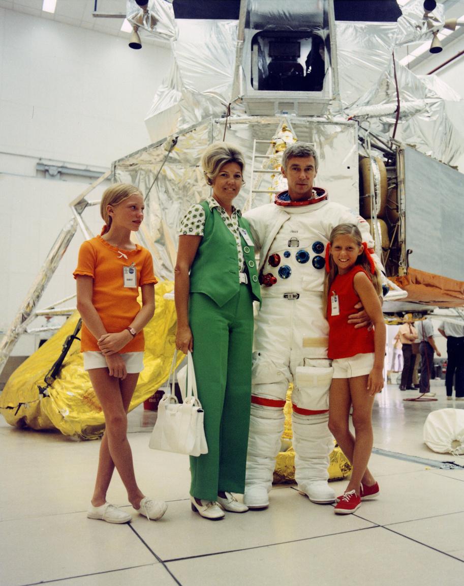 1972. augusztus 4. Cernan, az Apollo-17 küldetés parancsnoka feleségével, lányval és lánya egyik barátnőjével a Kennedy Űrközpontban, a holdsétatréning szünetében.