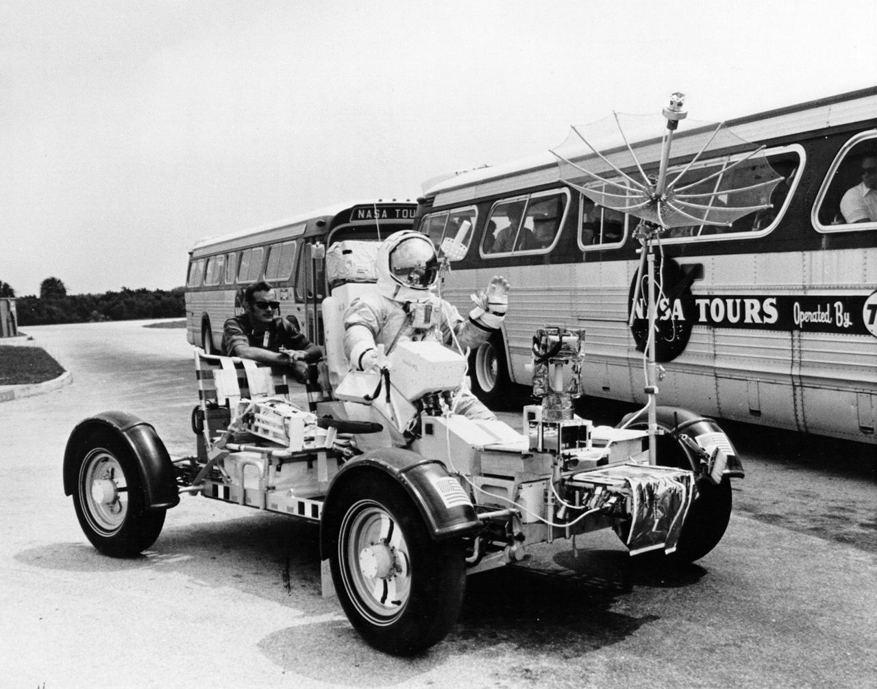 Cernan a Kennedy Űrközpont látogatóinak integet a földi holdautó tesztelése közben.