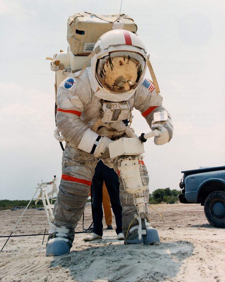 1972. június 8.: Cernan kőzetfúrógéppel gyakorol, hét hónappal az Apollo-17 startja előtt.