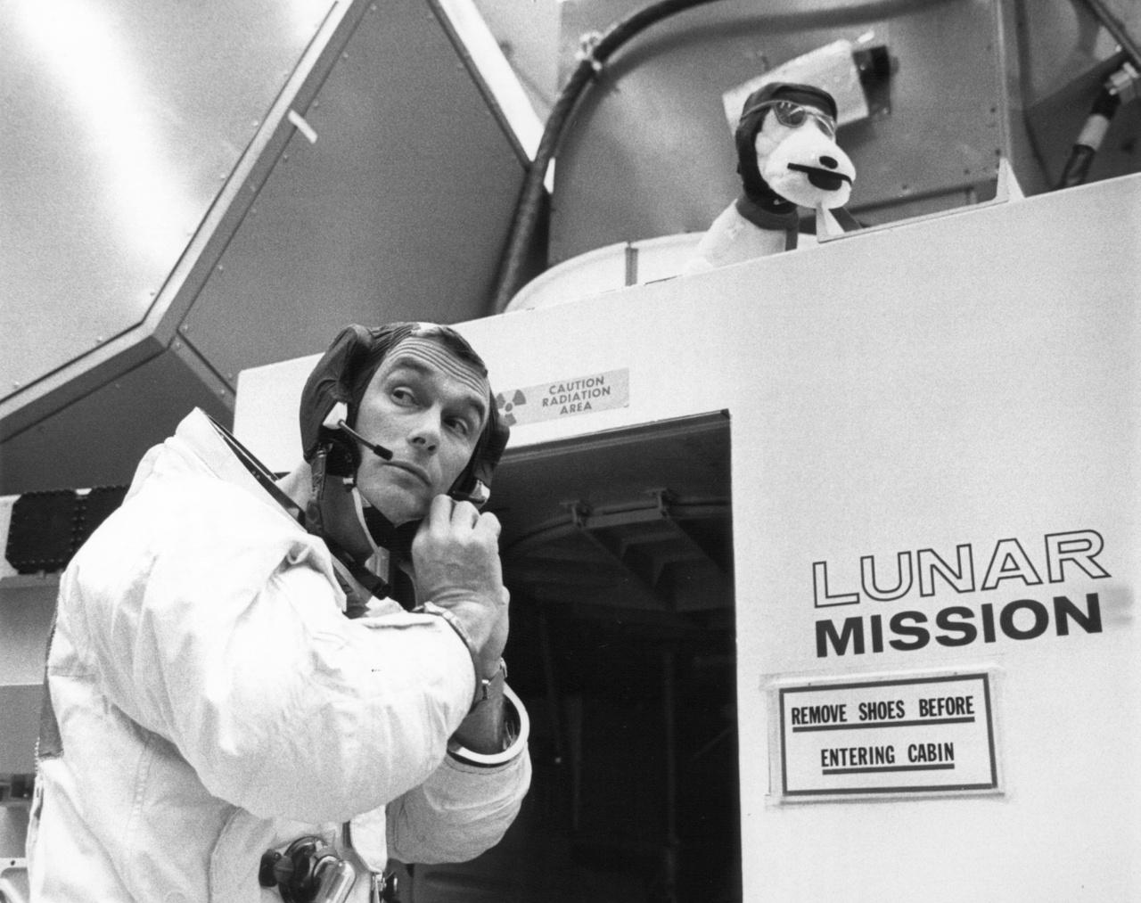 1969. április 17.: a holdkompszimulátorba lépés előtt igazgatja sapkáját Cernan.