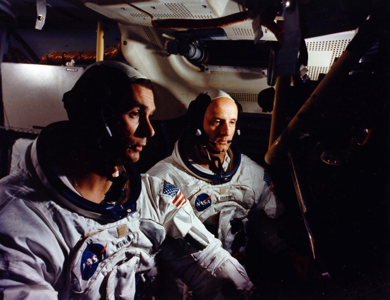 Az Apollo-10 küldetés két tagja szimulációs tréningen . Stafford a parancsnok, Cernan a holdkomppilóta.