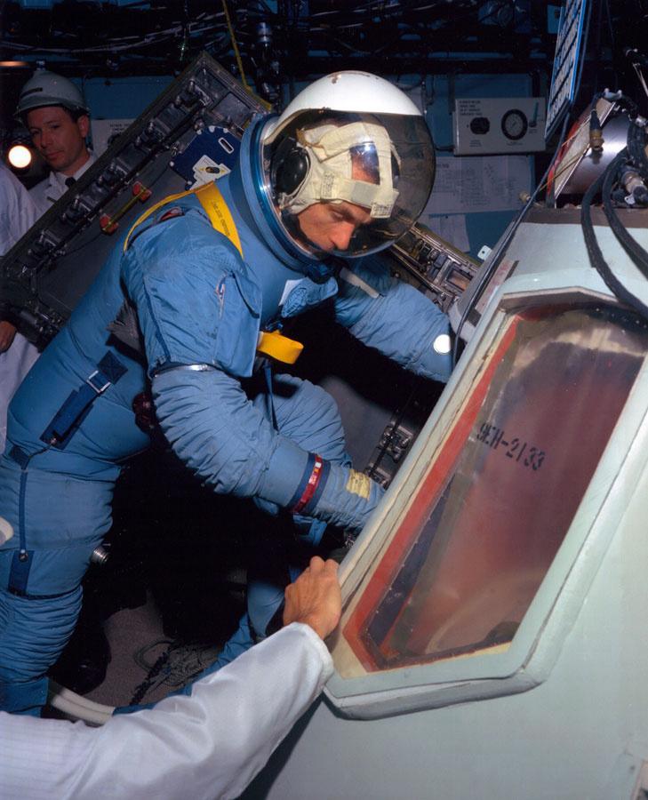 1967. január 26.: Cernan, mint az Apollo-7 küldetés tartalék holdkomppilótája a CM-101-es parancsnoki modult teszteli a gyártó (North American Aviation) egyik kaliforniai telephelyén.