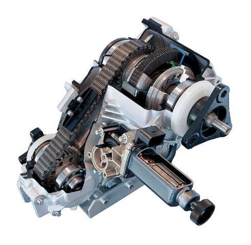 A BMW egy automatikusan kapcsolódó rendszer mellett döntött az xDrive-val: amikor stabilan, elpörgő kerekek nélkül haladunk, csak a hátsó kerék kap a nyomatékból. Ez azért jó, mert nem kell drága középső differenciálművet beépíteni, és azok is örülhetnek, akik élvezik a jellegzetes, hátsókerekes menettulajdonságokat. Viszont amint elpörög a hátsó kerék, egy elektromechanikus rendszer zárja az első kihajtás kuplungját, így az első kerék is kap a nyomatékból - pont annyit, amennyi kell.