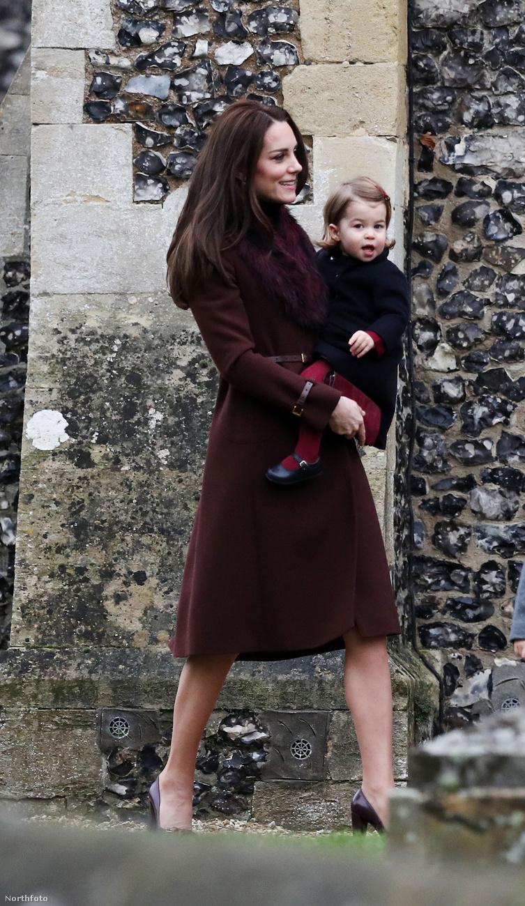itt pedig karácsonyi misére, Sarolta hercegnőt a karjában tartva.