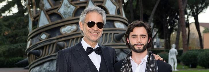 Andrea Bocelli és az életéről készülő filmben őt alakító Toby Sebastian