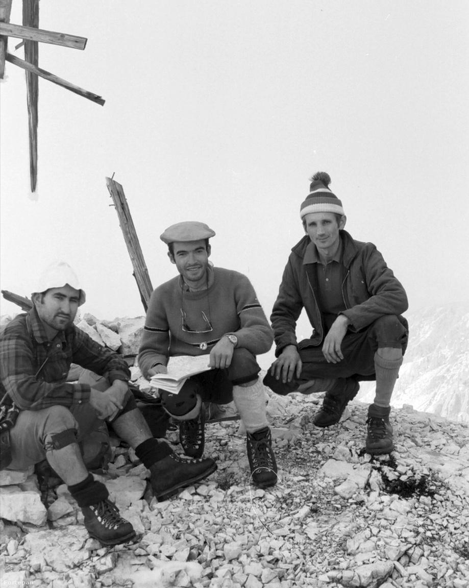A jugoszláv (ma szlovén) Júliai Alpok 1972-benA kép nem farsangon készült, hanem a csúcson, két korszerűen felöltözött spanyol hegymászóval (jobbra).