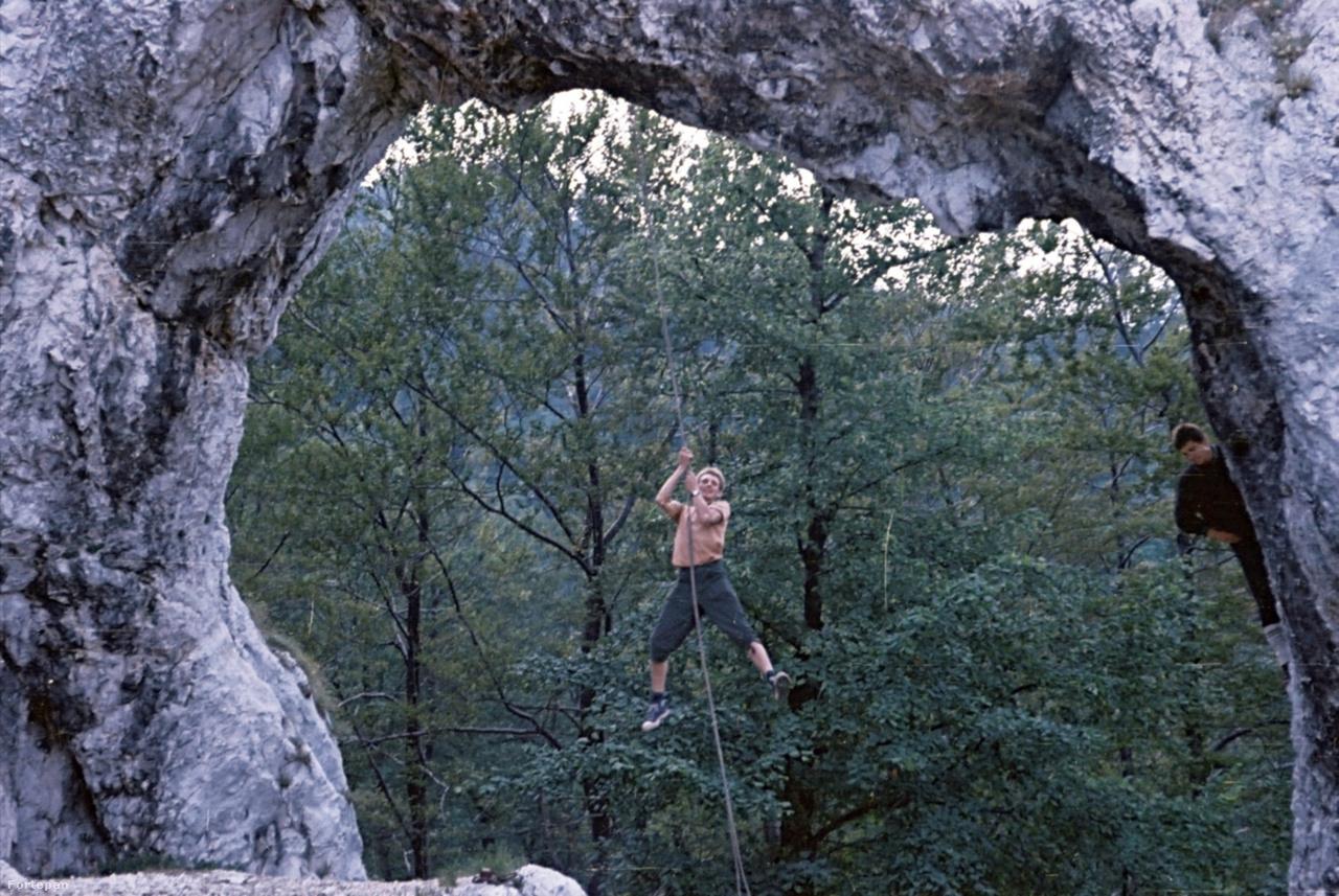A Vaskapu-szikla a Pilis-hegységben, 1965A félreértelmezett, tiltásközpontú természetvédelmi elvek miatt a pilisi Vaskapun manapság már nem szabad mászni, de a hatvanas évek sziklamászói még boldogan lenghettek a köteleiken, biztosítóeszköz, karabiner, beülő, vagy bármilyen egyéb biztonsági eszköz nélkül.