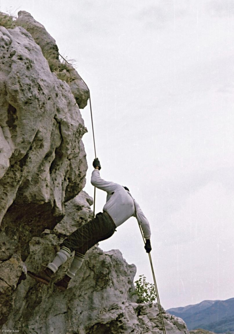 A Vaskapu-szikla a Pilis-hegységben, 1965Fájdalmas dülfer technikás ereszkedés bricseszben, bőrbakancsban, kesztyűben. A jelenet akár 1910-ben is játszódhatna a főváros környékének népszerű mászóiskolájában.