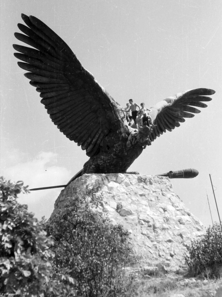 A tatabányai Turul-emlékmű és potyautasai 1965-benA Tatabánya feletti Turul szobor környéke ma is népszerű sziklamászó hely. A Szédítő nevű sziklán évtizedek óta gyakorolnak a mászók. Arról nincs adat, hogy mióta gyakorolnak a szikla felett álló turul szobron is.